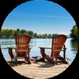 Deux chaises sur un quai