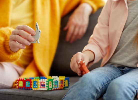 Gros plan d'un adulte et d'un enfant jouant avec des blocs
