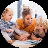 Jeune garçon avec sa mère et sa sœur s'entassent autour d'un livre